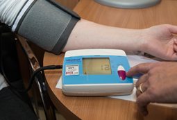 Beim Blutdruckmessen.